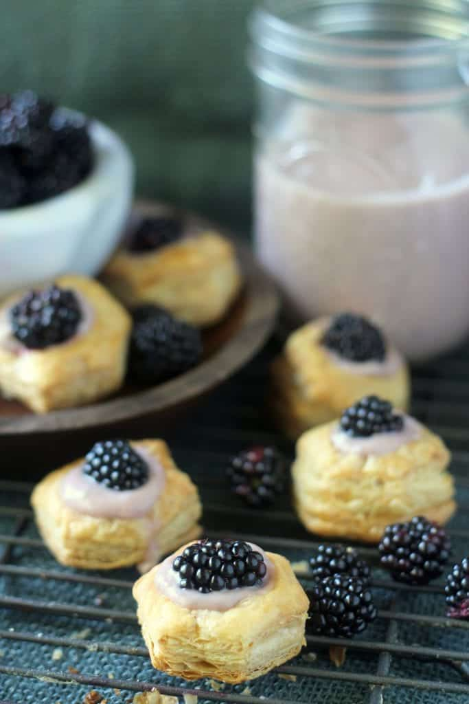 Homemade blackberry and almond custard in easy puff pastry cups. Perfect dessert or appetizer for late summer! #blackberry #dessert #recipe #appetizer #puffpastry