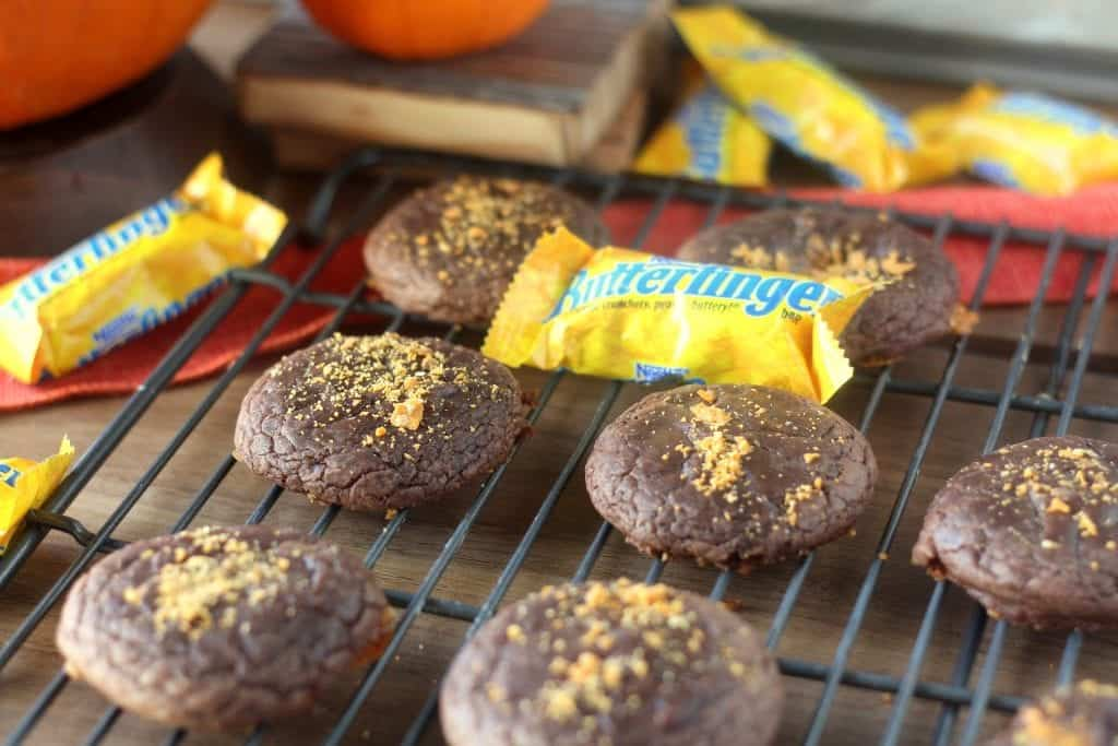 Easy Butterfinger Brownie Cookies, perfect for leftover Halloween candy or your Halloween party! #ReinventSweet @ButterfingerRecipes #ad