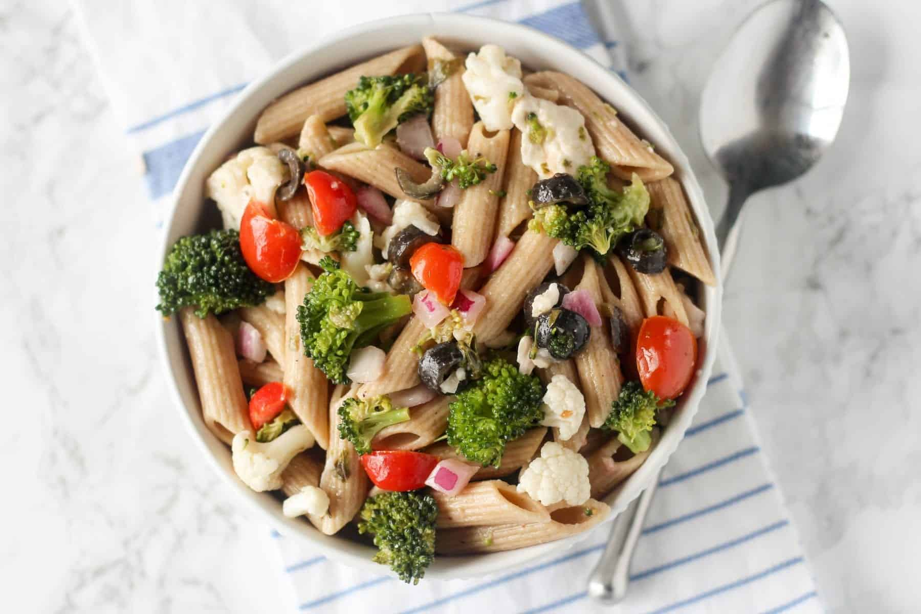 his Greek Pasta Salad is super healthy and light, and fits perfectly in the 21 Day Fix! I use it as a side dish, but you could also add grilled or roasted chicken to it for a very simple meal! Serve it chilled.